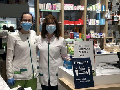 Elena, a la izquierda, y Maribel, en la farmacia en la que trabajan en Alcorcón.
