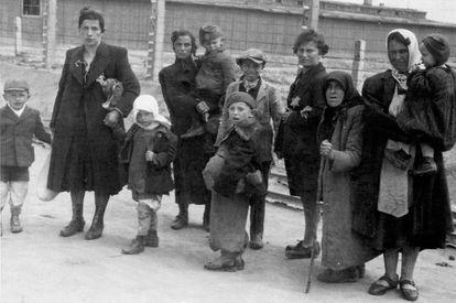 Mujeres judías con sus hijos caminan hacia las cámaras de gas.