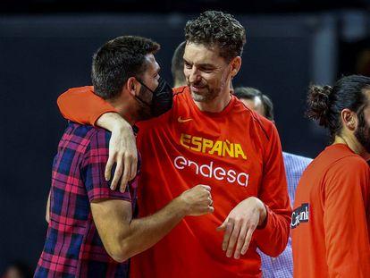 Pau Gasol y Felipe Reyes se abrazan en presencia de Ricky Rubio. efe