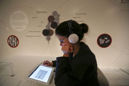 Una visitante a la exposición 'La invención concreta' en el Reina Sofía emplea uno de los iPads de libre uso.
