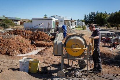Trabajadores de la construcción edifican una nueva casa en Orania el pasado 31 de mayo.