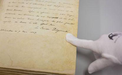 Primer libro de firmas de la Alhambra, donada por el príncipe Dolgoroukov.