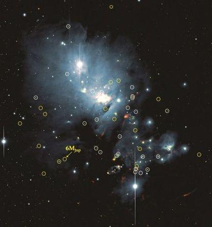 Población de estrellas fallidas, enanas marrones, en el cúmulo estelar NGC133: las ahora descubiertas están marcadas en amarillo, mientras que las previamente conocidas tienen un círculo blanco. la flecha señala la más ligera, con solo unas seis veces la masa de Júpiter.