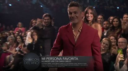 Alejandro Sanz y, de fondo, Rachel Valdés, en los Grammy Latinos 2019.