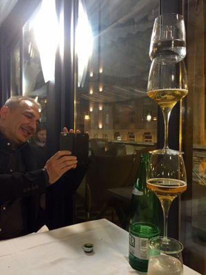 El sacerdote Vallejo, haciendo una foto en un restaurante.