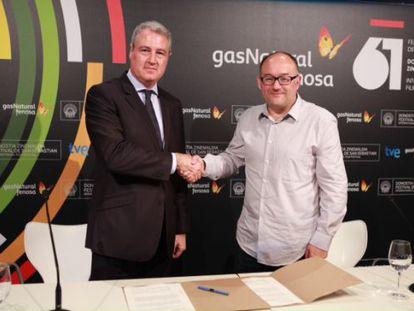 El director general de Comunicación y Gabinete de Presidencia de Gas Natural Fenosa, Jordi Garcia Tabernero, y el director del Festival Internacional de Cine de San Sebastián, José Luis Rebordinos, en el acto de la firma del acuerdo.