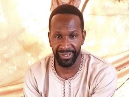 Captura de pantalla del vídeo donde el periodista francés Olivier Dubois, en la imagen, asegura que está secuestrado por el JNIM.