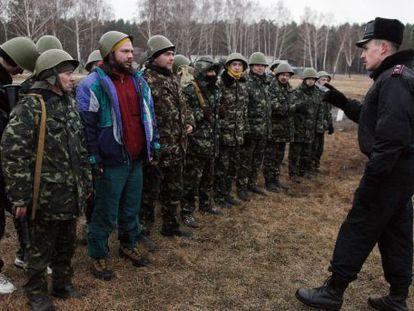 Un oficial ucranio habla a un grupo de reclutas, cerca de Kiev.