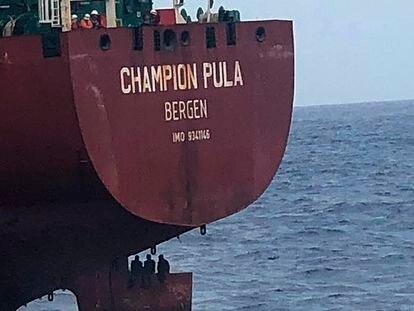Tres migrantes encaramados en la pala del timón de un carguero el pasado 6 de octubre.