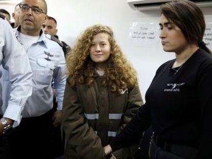 Ahed Tamimi, de 17 años, ha pactado la condena y acepta pagar una multa de 1.164 euros