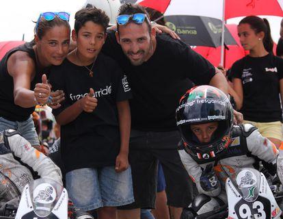 Hugo Millán, a la derecha, con su familia, en una imagen tomada en 2014, cuando competía en la Cuna de Campeones.