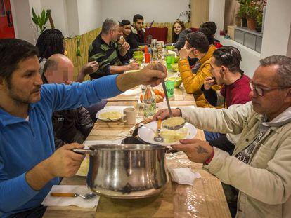 Diversas personas en el comedor de Welcome Sense Sostre Barcelona.