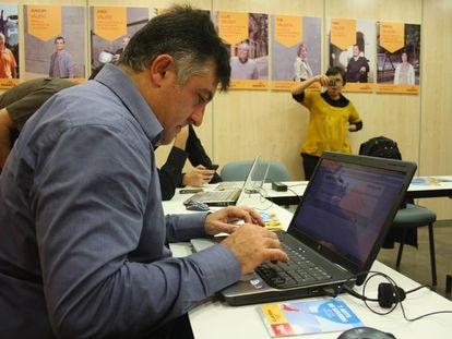 Joan Puigcercos, candidato de ERC al Parlament de Catalunya, chateando en el Twiter.