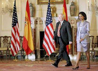 El ministro de Exteriores, Miguel Ángel Moratinos, y la secretaria de Estado de EE UU, Condoleezza Rice, en junio de 2006.