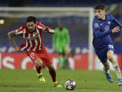 Kai Havertz deja atrás a Savic este miércoles en Stamford Bridge en el partido de vuelta de octavos de Champions.
