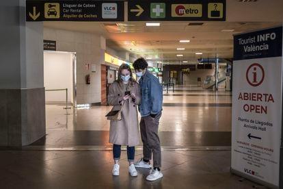 Dos personas en el aeropuerto de Valencia el 23 de marzo.