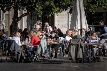 Una terraza en el centro de Valencia, en el mes de enero, justo antes del cierre de la hostelería.