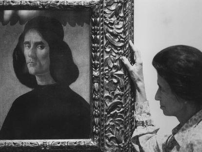 Helena Cambó, hija de Francesc Cambó, en 1990, junto a la obra de Botticelli que sale a la venta en Londres.