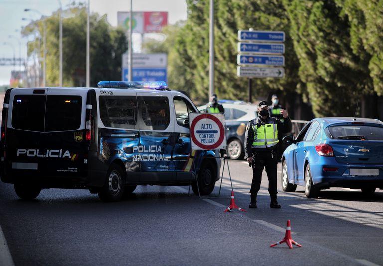 Varios policías vigilan en un control en la avenida de los Poblados con la A-42 de salida de Madrid, esta mañana.