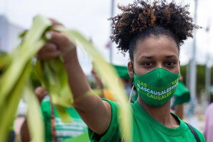 Una mujer participa en una manifestación exigiendo la despenalización del aborto por tres motivos, en Santo Domingo el 28 de abril.