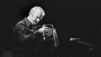 Astor Piazzolla, en una función en 1977, en París.