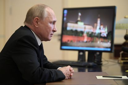 El presidente ruso, Vladímir Putin, durante una conferencia con la presidenta de la Comisión Electoral, Ella Pamfilova, este lunes en su residencia de las afueras de Moscú.