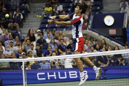Alcaraz volea en la red durante el partido de cuartos.
