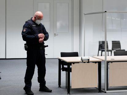 Un agente mira su reloj en el juzgado en Itzehoe donde iba a comenzar el juicio contra la mujer de 96 años que fue secretaria del comandante de las SS en el campo de concentración de Stutthof, este jueves.