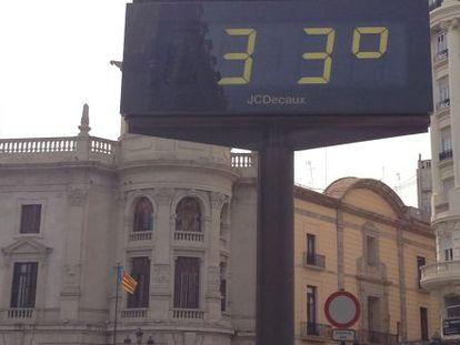 Termómetro al aire libre en la plaza del Ayuntamiento a primera hora de la tarde el 13 de mayo.