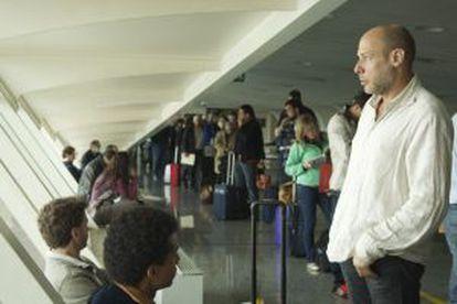 Jeff Ballard (de pie), Mark Turner y Larry Grenadier esperando al vuelo en el aeropuerto de Bilbao