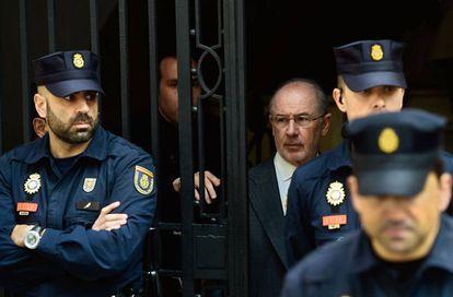 Rodrigo Rato, rodeado de policías en Madrid en abril de 2017.