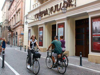 Fachada del Cinema Fulgor, en Rímini. En vídeo, tráiler de 'Amarcord'.