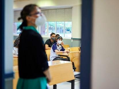 Una profesora con mascarilla en la Comunidad de Madrid.
