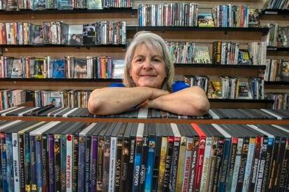 Marcia Seburo posa dentro de su tienda de alquiler y venta de DVD 'Ficciones' y Blue Ray en Madrid.