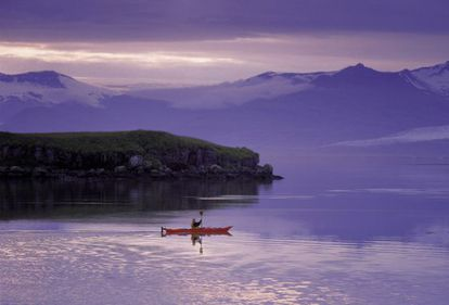 Un kayak en un fiordo de Islandia