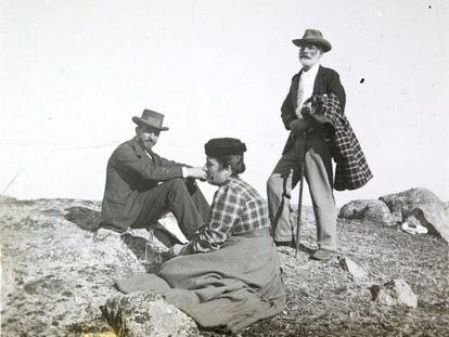 Francisco Giner de los Ríos, de pie, hacia el año 1900, en Torrelodones, en compañía de Manuel Bartolomé Cossío y su mujer Carmen López Cortón.