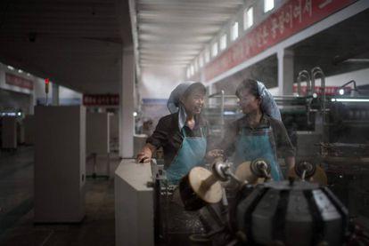 Dos trabajadoras en una fábrica.