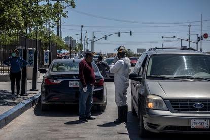 El esposo de Gregoria y el personal de la funeraria al momento de trasladar el cadáver a las afueras del Hospital 66 del Instituto Mexicano del Seguro Social.
