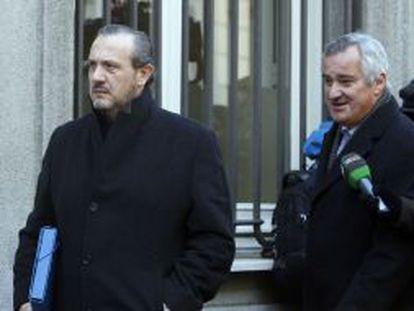 Jorge Dorribo (izquierda), acompañado por su abogado, Ignacio Peláez, en las proximidades del Supremo el pasado febrero.