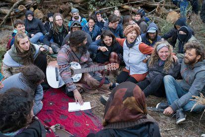 Algunos de los jóvenes que han ocupado el bosque para detener su tala.