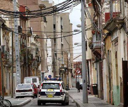 Un vehículo de la Policía Local de Valencia patrulla por una de las calles más degradadas del barrio marinero de El Cabanyal, en Valencia.