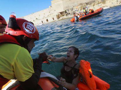 Miembros de la ONG española Proactiva durante un rescate en Malta, este domingo.
