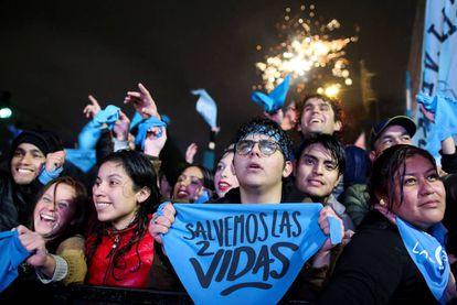 Manifestantes antiabortistas celebran el rechazo del Senado al proyecto de ley.