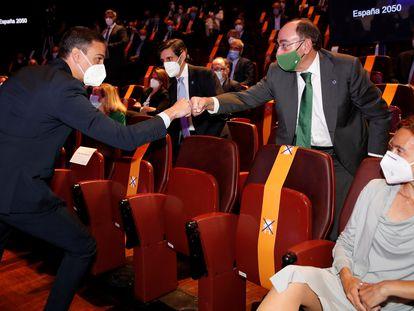El presidente del Gobierno, Pedro Sánchez, saluda al presidente de Iberdrola, Ignacio Sánchez Galán, el pasado 20 de mayo.