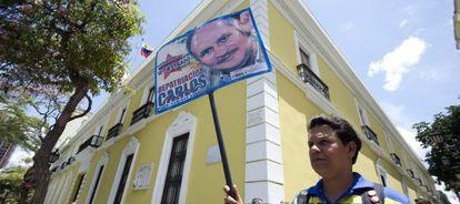 Un manifestante pide la repatriación de 'Carlos' frente al ministerio de Exteriores venezolano, en Caracas.