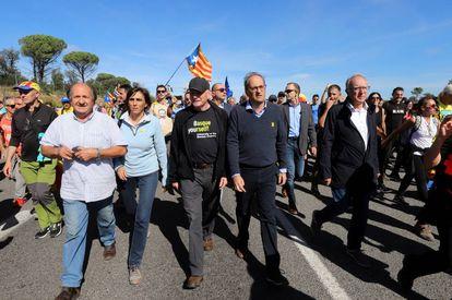 Torra, con jersey de pico, en el centro, y el ex lehendakari Juan José Ibarretxe, con gorra, marchan cortando la autopista A-7 en protesta por la sentencia del Proces, el 16 de octubre pasado.