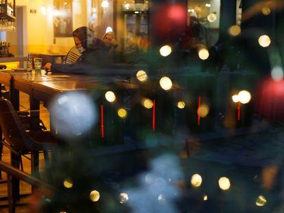 Clientes con mascarilla en un bar de Madrid, este jueves.