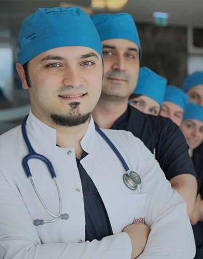 El Doctor Balwi cuenta con más de diez años de experiencia en el campo de los trasplantes capilares.