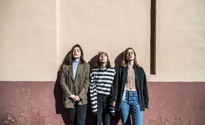 De izquierda a derecha, María Talaverano, Paola Rivero y Alicia Ros, la banda Cariño, este miércoles en Lavapiés