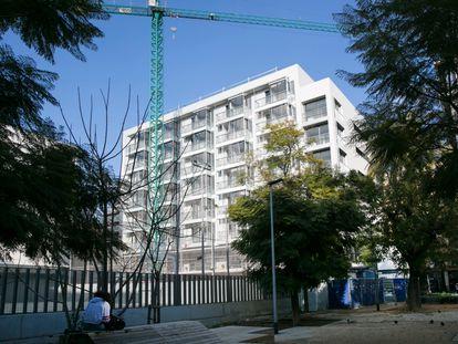 Vivienda social del Ayuntamiento de Barcelona en el cruce de las calles Comte Borrell y Consell de Cent.